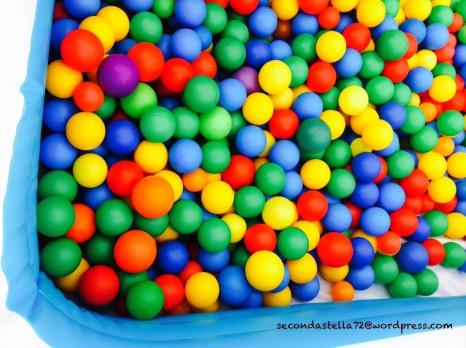 Tante palline colorate in una vasca