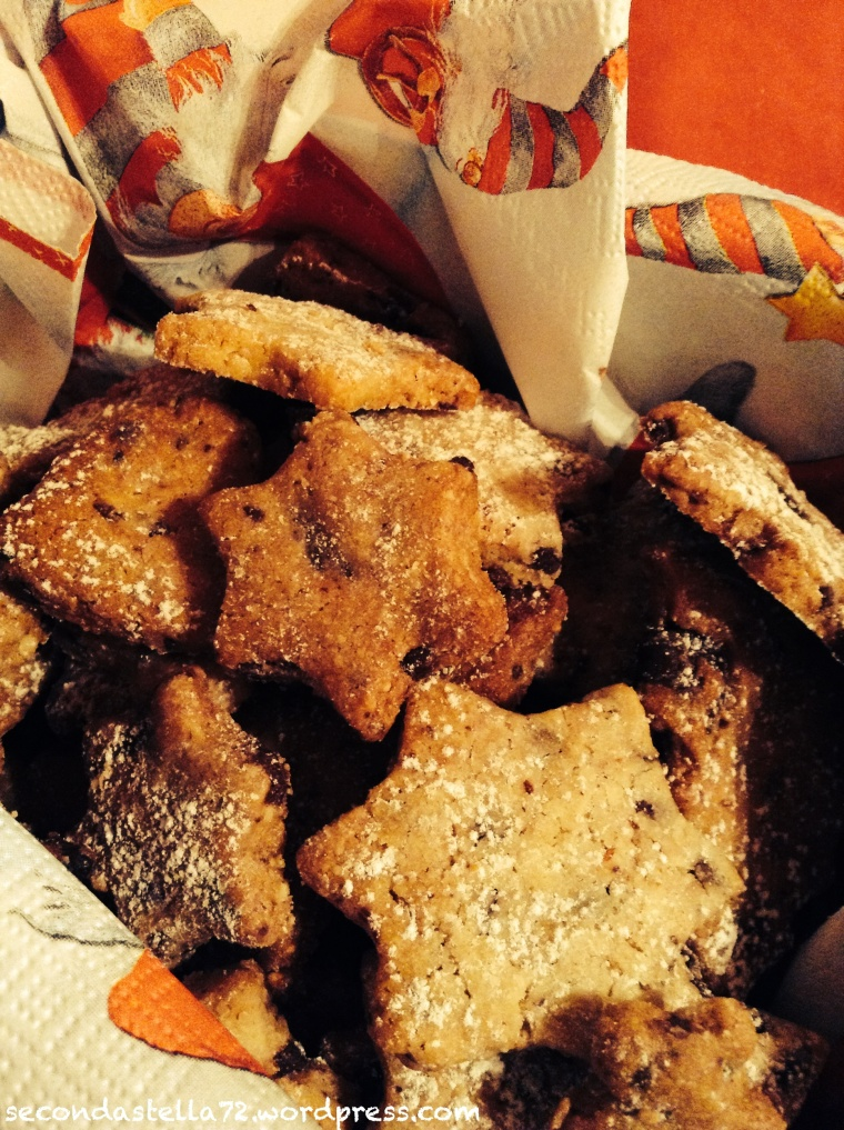 Biscottini di Natale con gocce di cioccolato e mandorle