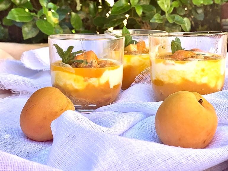 Bicchierini di albicocche e yogurt all'ananas
